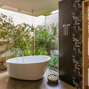 Свежая идея для дизайна: ванная комната в современном стиле с отдельно стоящей ванной, угловым душем и черной плиткой - отличное фото интерьера