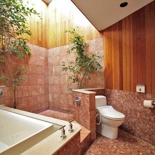 Ejemplo de cuarto de baño asiático con bañera japonesa, ducha abierta y ducha abierta