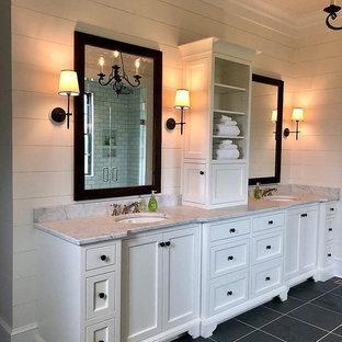 Foto di una stanza da bagno padronale classica di medie dimensioni con ante lisce, ante bianche, pareti bianche, pavimento in gres porcellanato, lavabo sospeso, top in granito, pavimento nero e top multicolore