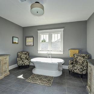 Ispirazione per un'ampia stanza da bagno padronale classica con consolle stile comò e ante con finitura invecchiata