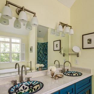 Inspiration för ett litet vintage en-suite badrum, med skåp i shakerstil, blå skåp, ett fristående badkar, en hörndusch, en toalettstol med separat cisternkåpa, flerfärgad kakel, glaskakel, gula väggar, marmorgolv, ett nedsänkt handfat och bänkskiva i kvarts