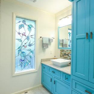 Esempio di una stanza da bagno costiera di medie dimensioni con ante a filo, ante blu, piastrelle a specchio, pareti bianche, pavimento in pietra calcarea, lavabo a bacinella e top in saponaria