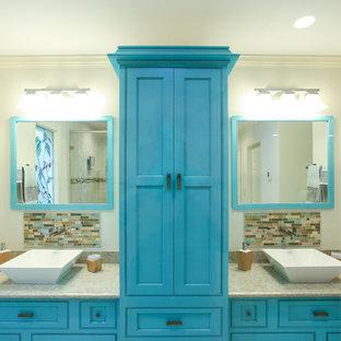 Esempio di una stanza da bagno stile marino di medie dimensioni con ante a filo, ante blu, piastrelle a specchio, lavabo a bacinella e top in saponaria