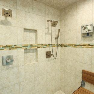 Ispirazione per una stanza da bagno stile marino di medie dimensioni con ante a filo, ante blu, doccia alcova, piastrelle a specchio, lavabo a bacinella e top in saponaria