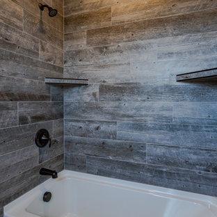 На фото: детская ванная комната среднего размера в классическом стиле с белыми фасадами, душем над ванной, раздельным унитазом, серыми стенами, полом из керамической плитки, врезной раковиной, столешницей из ламината, шторкой для ванной, бежевой столешницей, тумбой под одну раковину и встроенной тумбой с