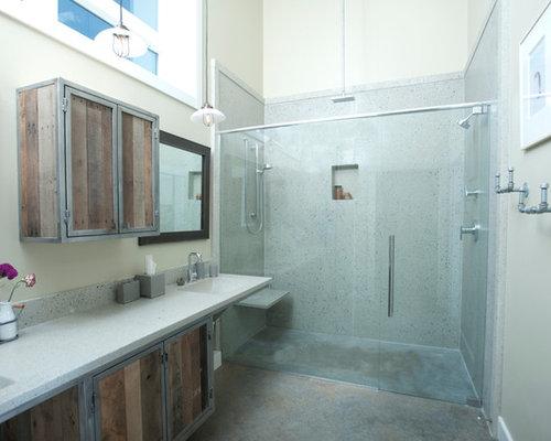 Stanza da bagno con top in vetro riciclato e piastrelle di cemento