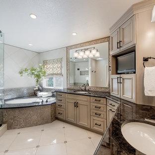 Immagine di una grande stanza da bagno padronale chic con ante a filo, ante beige, top in granito, vasca ad alcova, vasca/doccia, piastrelle multicolore, piastrelle in metallo, pareti multicolore e pavimento con piastrelle in ceramica