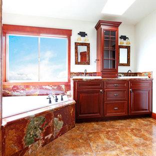 Foto di una stanza da bagno con ante in legno bruno, vasca ad angolo, piastrelle rosse, lastra di pietra, pareti bianche e pavimento in pietra calcarea