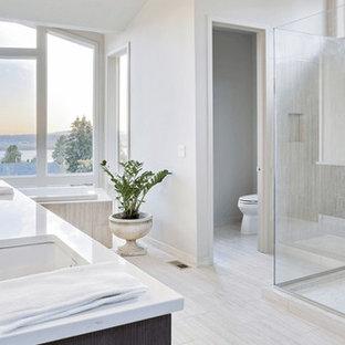 Mittelgroßes Modernes Badezimmer En Suite mit schwarzen Schränken, Toilette mit Aufsatzspülkasten, weißen Fliesen, grauer Wandfarbe, gefliestem Waschtisch, Einbaubadewanne, Keramikboden, Unterbauwaschbecken, grauem Boden, offener Dusche, bodengleicher Dusche, flächenbündigen Schrankfronten und Keramikfliesen in San Francisco