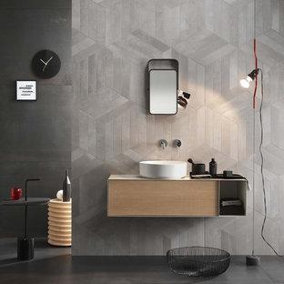 Idee per una grande stanza da bagno industriale con ante lisce, ante in legno chiaro, piastrelle grigie, piastrelle di cemento, pareti grigie, pavimento in cemento, lavabo a bacinella, pavimento grigio e top bianco
