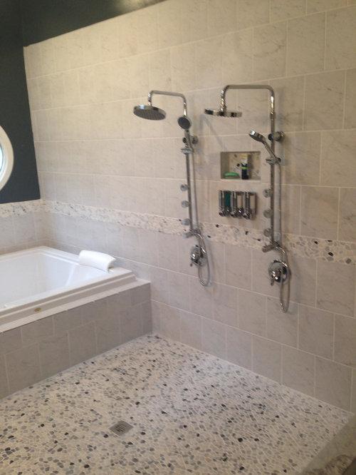 Salle de bain avec un sol en galet et un mur noir photos for Taille moyenne salle de bain