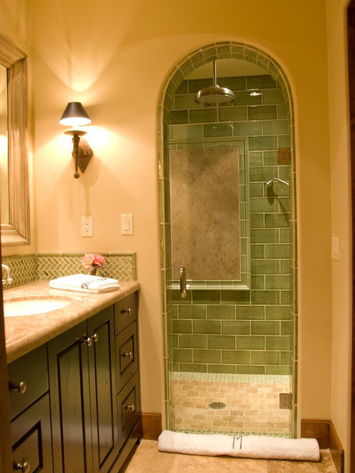Salle de bain avec un sol en travertin et un carrelage vert ...