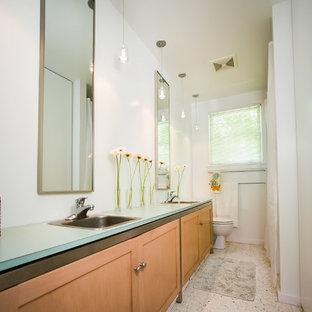 Idéer för att renovera ett litet funkis en-suite badrum, med luckor med infälld panel, skåp i mellenmörkt trä, en toalettstol med hel cisternkåpa, vita väggar, terrazzogolv, ett nedsänkt handfat och laminatbänkskiva