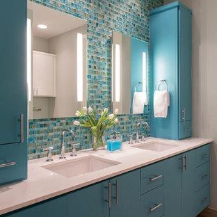 Idee per una stanza da bagno padronale stile marinaro di medie dimensioni con ante lisce, doccia alcova, piastrelle blu, piastrelle di vetro, pareti grigie, pavimento in pietra calcarea, lavabo sottopiano e top in quarzite