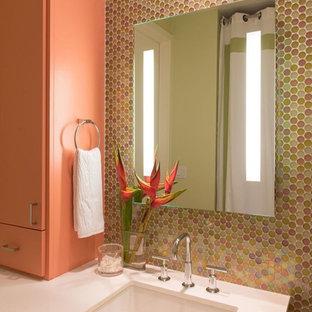 ヒューストンの中サイズのビーチスタイルのおしゃれな浴室 (フラットパネル扉のキャビネット、緑のタイル、ガラスタイル、ライムストーンの床、珪岩の洗面台、マルチカラーの壁、アンダーカウンター洗面器) の写真