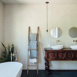 Ispirazione per una stanza da bagno padronale boho chic di medie dimensioni con vasca freestanding, doccia aperta, WC monopezzo, piastrelle rosa, piastrelle di cemento, pareti bianche, pavimento con piastrelle in ceramica, lavabo a colonna e pavimento nero