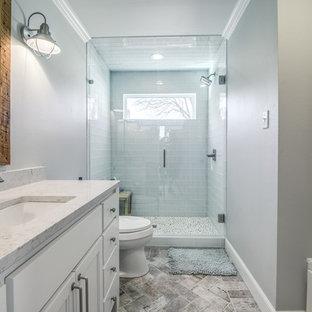 Idee per una stanza da bagno con doccia country di medie dimensioni con ante lisce, ante bianche, WC a due pezzi, piastrelle di vetro, pareti grigie, pavimento in mattoni, lavabo sottopiano e top in quarzite