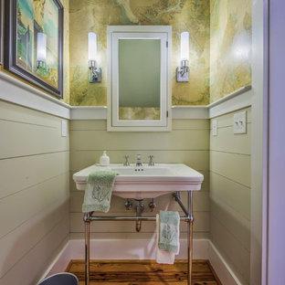 Modelo de cuarto de baño con ducha, marinero, pequeño, con lavabo tipo consola, paredes multicolor y suelo de madera en tonos medios