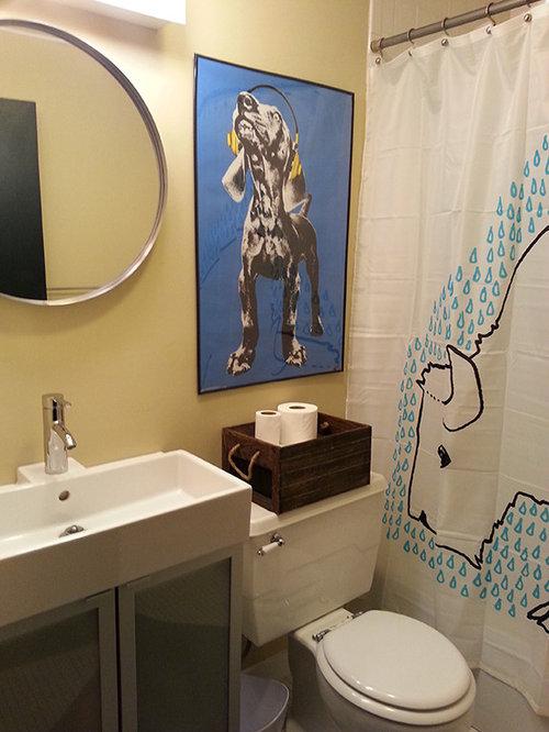 Salle de bain avec un placard porte vitr e et un mur for Baignoire avec porte vitree
