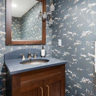 Imagen de cuarto de baño papel pintado, moderno, pequeño, papel pintado, con puertas de armario marrones, encimeras azules y papel pintado