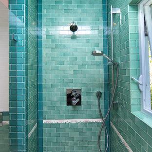 Foto di una piccola stanza da bagno padronale classica con ante bianche, doccia alcova, WC sospeso, piastrelle rosa, piastrelle in ceramica, pavimento con piastrelle in ceramica, lavabo a colonna, pavimento multicolore e porta doccia a battente