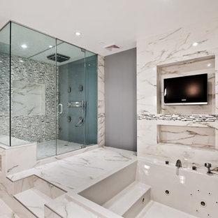Foto på ett funkis badrum, med en jacuzzi, en dusch i en alkov och vit kakel