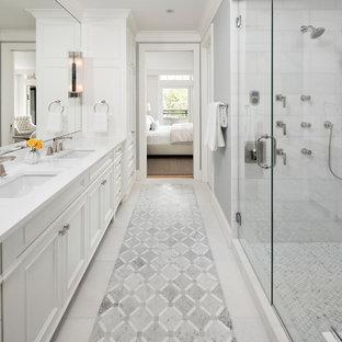 Modelo de cuarto de baño principal, clásico renovado, de tamaño medio, con puertas de armario blancas, paredes grises, suelo de mármol, encimera de cuarzo compacto, suelo blanco, ducha con puerta con bisagras, armarios con paneles empotrados, ducha doble, lavabo bajoencimera y encimeras blancas
