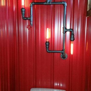 Пример оригинального дизайна: ванная комната среднего размера в стиле лофт с раздельным унитазом, серой плиткой, красными стенами, темным паркетным полом и настольной раковиной
