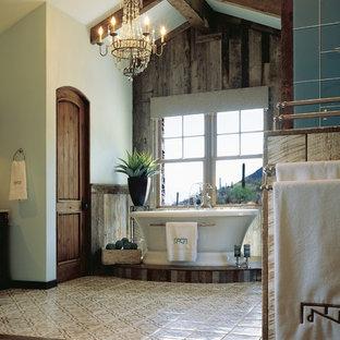 Diseño de cuarto de baño principal, de estilo americano, grande, con bañera exenta, paredes azules, baldosas y/o azulejos verdes, baldosas y/o azulejos de vidrio y suelo de madera oscura