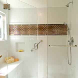 Ispirazione per una stanza da bagno design con doccia alcova e pareti bianche