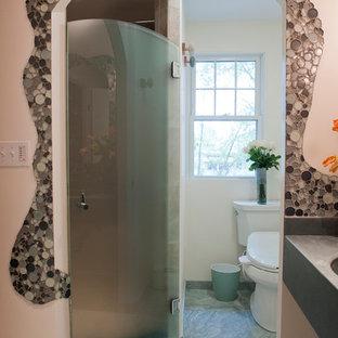 Foto de cuarto de baño con ducha, bohemio, pequeño, con lavabo integrado, encimera de cemento, ducha empotrada, bidé, baldosas y/o azulejos en mosaico, paredes beige y suelo de baldosas de porcelana