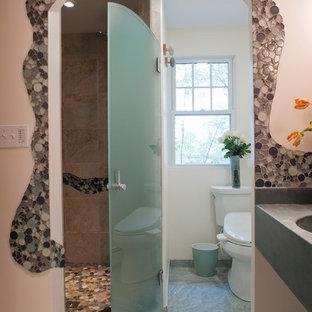 Diseño de cuarto de baño con ducha, ecléctico, pequeño, con lavabo integrado, encimera de cemento, ducha empotrada, bidé, baldosas y/o azulejos en mosaico, paredes beige y suelo de baldosas de porcelana