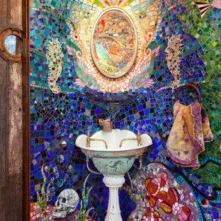 Foto de cuarto de baño ecléctico con lavabo con pedestal, baldosas y/o azulejos multicolor, baldosas y/o azulejos en mosaico y suelo rosa