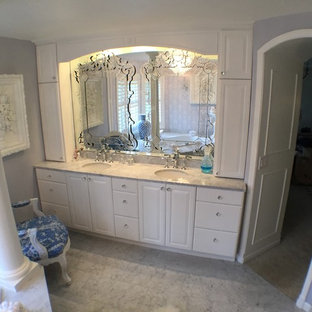 Foto di una grande stanza da bagno padronale vittoriana con ante bianche, pareti viola, pavimento in marmo, top in marmo, ante con riquadro incassato, vasca idromassaggio, doccia aperta, piastrelle grigie, piastrelle in gres porcellanato e lavabo sottopiano