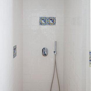 Esempio di una piccola stanza da bagno con doccia mediterranea con lavabo sospeso, doccia aperta, WC sospeso, piastrelle bianche, piastrelle in ceramica, pareti bianche e pavimento in terracotta