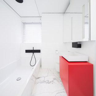 Создайте стильный интерьер: детская ванная комната среднего размера в стиле модернизм с фасадами с декоративным кантом, красными фасадами, накладной ванной, душем над ванной, инсталляцией, белой плиткой, металлической плиткой, белыми стенами, мраморным полом, настольной раковиной и столешницей из искусственного камня - последний тренд