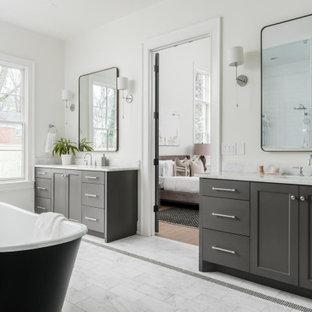 Inredning av ett klassiskt stort vit vitt en-suite badrum, med skåp i shakerstil, bruna skåp, ett fristående badkar, en dubbeldusch, en toalettstol med hel cisternkåpa, vita väggar, marmorgolv, ett undermonterad handfat, marmorbänkskiva, vitt golv och med dusch som är öppen