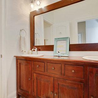 Idee per una grande stanza da bagno padronale classica con lavabo da incasso, ante lisce, ante in legno scuro, top in superficie solida, vasca/doccia, WC monopezzo, pareti bianche e pavimento in mattoni
