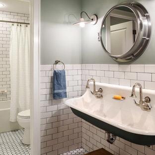 Идея дизайна: детская ванная комната среднего размера в стиле кантри с раковиной с несколькими смесителями, ванной в нише, душем над ванной, белой плиткой, керамической плиткой, зелеными стенами и полом из мозаичной плитки