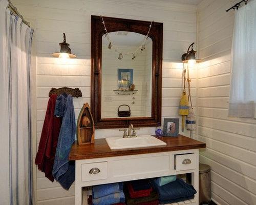 salle de bain avec un plan de toilette en bois et un placard avec porte panneau encastr. Black Bedroom Furniture Sets. Home Design Ideas