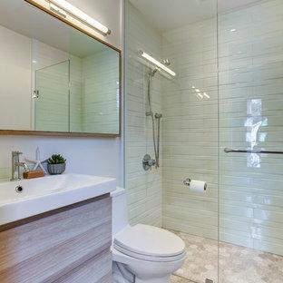 Exempel på ett litet klassiskt badrum med dusch, med ett konsol handfat, släta luckor, skåp i ljust trä, en kantlös dusch, en toalettstol med hel cisternkåpa, vit kakel, porslinskakel, vita väggar, kalkstensgolv och bänkskiva i akrylsten