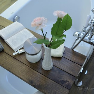 トロントのトランジショナルスタイルのおしゃれな浴室 (アンダーカウンター洗面器、シェーカースタイル扉のキャビネット、白いキャビネット、大理石の洗面台、置き型浴槽、コーナー設置型シャワー、分離型トイレ、白い壁、クッションフロア) の写真