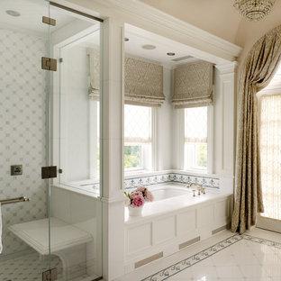Foto de cuarto de baño principal, tradicional, con puertas de armario blancas, bañera encastrada sin remate, ducha esquinera, baldosas y/o azulejos blancos, paredes beige y ducha con puerta con bisagras