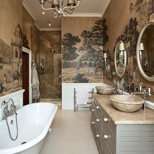 Klassisches Badezimmer En Suite mit verzierten Schränken, grünen Schränken, bunten Wänden, Aufsatzwaschbecken, beigem Boden und beiger Waschtischplatte in Sonstige
