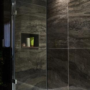 Imagen de cuarto de baño tradicional renovado, de tamaño medio, con bañera encastrada, combinación de ducha y bañera, baldosas y/o azulejos marrones, baldosas y/o azulejos de porcelana, paredes marrones, suelo de baldosas de porcelana y suelo marrón