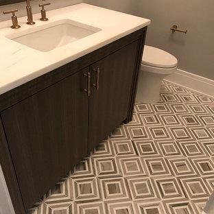 Ispirazione per una stanza da bagno con doccia chic di medie dimensioni con ante lisce, ante in legno bruno, WC monopezzo, pareti grigie, pavimento in gres porcellanato, lavabo sottopiano e top in saponaria