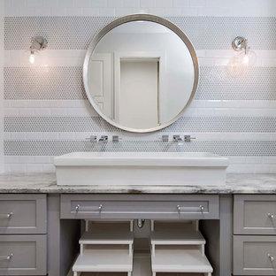 Foto de cuarto de baño infantil, costero, grande, con armarios estilo shaker, puertas de armario grises, baldosas y/o azulejos grises, baldosas y/o azulejos de porcelana, encimera de mármol, paredes blancas, lavabo sobreencimera y encimeras grises