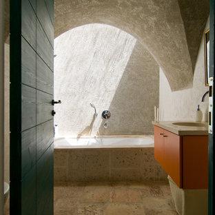 Idee per una stanza da bagno padronale mediterranea con lavabo integrato, ante lisce, ante arancioni, vasca sottopiano, doccia alcova, piastrelle beige, pareti beige e pavimento in ardesia
