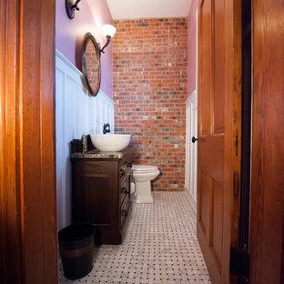 Modelo de cuarto de baño con ducha, rural, pequeño, con armarios con paneles con relieve, puertas de armario negras, paredes púrpuras, suelo con mosaicos de baldosas, lavabo sobreencimera y encimera de granito