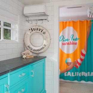 Idee per una stanza da bagno costiera con ante con riquadro incassato, ante blu, piastrelle bianche, piastrelle diamantate e top in saponaria